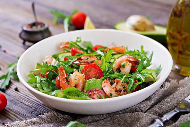 cuenco ensalada fresco camaron tomate aguacate arugula cierre madera fondo arriba 2829 2413