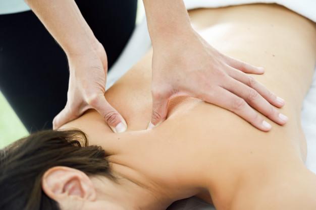 mujer joven que recibe masaje espalda centro spa 1139 1223