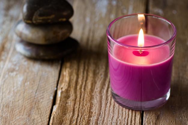 pila ardiente vela lavanda lila piedras zen equilibradas fondo madera 76014 43